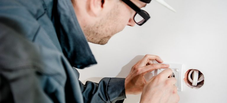 Sécuriser son réseau électrique domestique grâce à l'aide d'un électricien